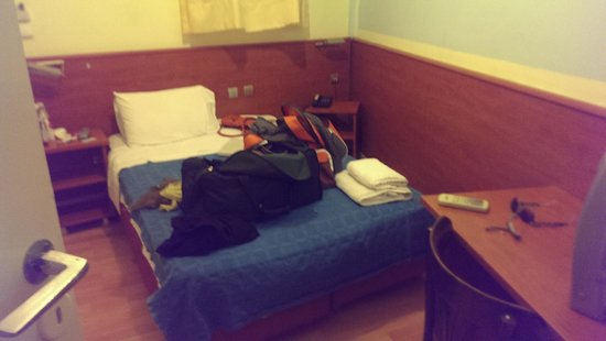 Hotel Diethnes : The room is the same size as this bed.