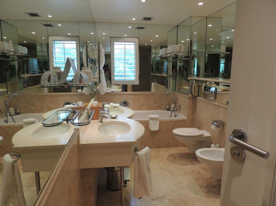 The Twelve Apostles Hotel and Spa: Bathroom