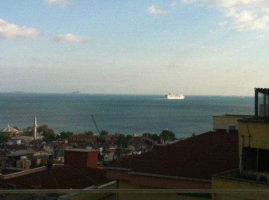Innova Sultanahmet Istanbul: Вид из номера на море, а чуть правее заброшенный отель (фото внизу_