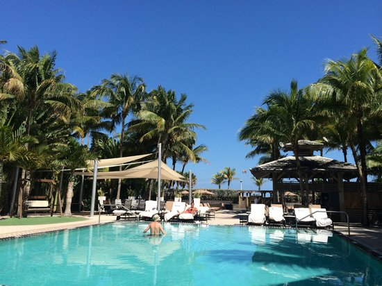 National Hotel Miami Beach: Pool area and bar
