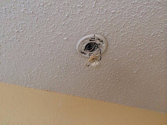 "Hawthorn Suites by Wyndham Holland/toledo Area: The ""smoke alarm"" - non existent"