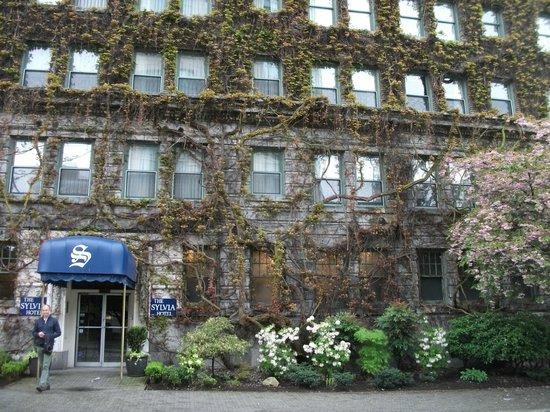 Centre-ville de Vancouver : Ivy clad block of flats in Downtown