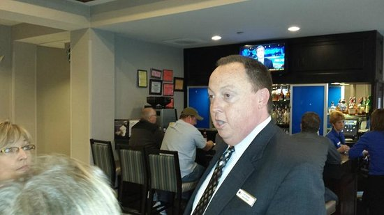 DoubleTree by Hilton Hotel Detroit - Novi : General Manager Keith Alexander talking to guests in lobby