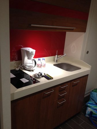 Hotel Lyon Metropole : Cuisine avec micro onde et frigo