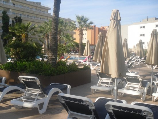 Viva Rey Don Jaime & Spa : pool area plenty of sunbeds and bar close by