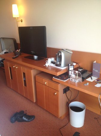 Sheraton Dusseldorf Airport Hotel : Coffee machine + TV