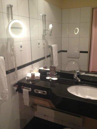 Sheraton Dusseldorf Airport Hotel: Bathroom