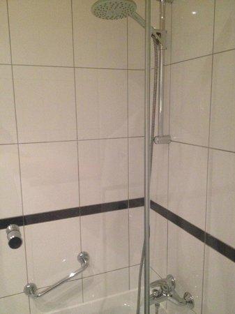 Sheraton Dusseldorf Airport Hotel: Shower