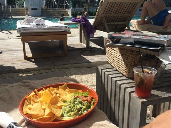 Royal Palm South Beach Miami, A Tribute Portfolio Resort: Nachos and drinks by the pool