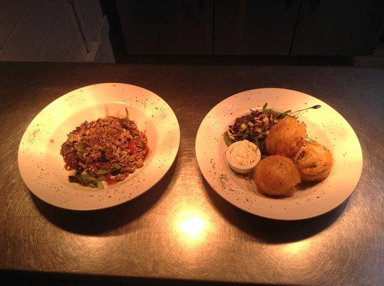Valentine's Restaurant: Homemade garlic mushrooms and hoisin duck salad