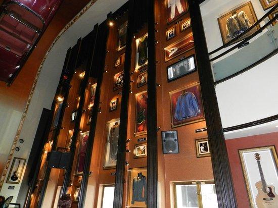 Hard Rock Cafe: Le mur en entrant à droite