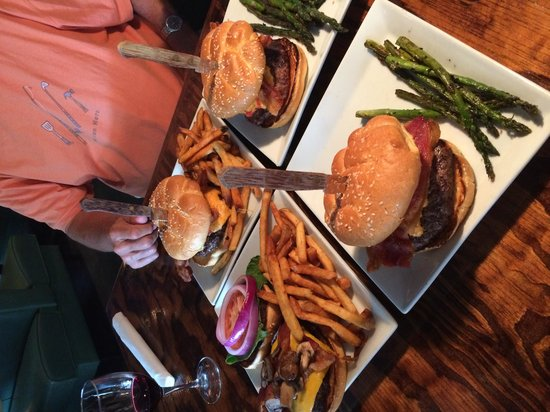 Salty Waters Rawbar & Grill: Awesome Burgers!