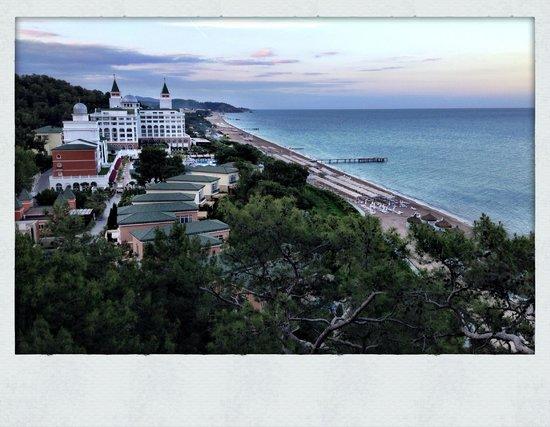 Amara Dolce Vita Luxury: Вид отеля из ресторана Pescatore у маяка