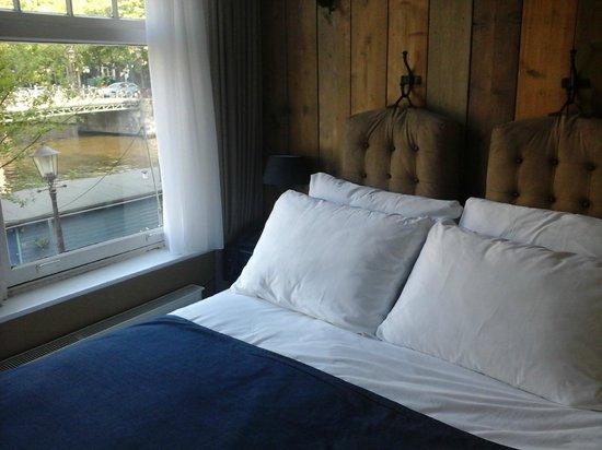 Max Brown Hotel Canal District: Quarto 105, cama junto à janela.