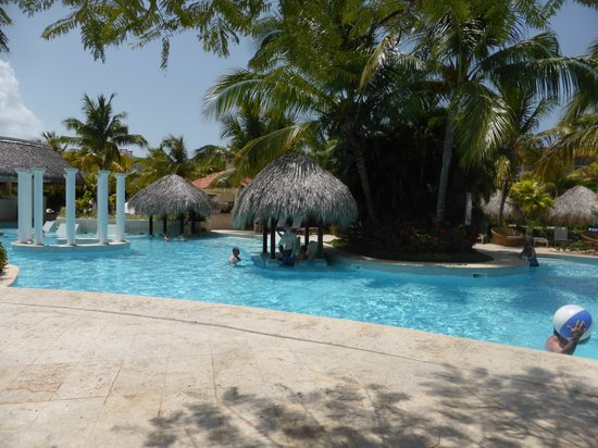 Meliá Caribe Tropical: The Level/Gabi Pool with lots of shade available!