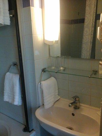 Max Brown Hotel Canal District: Banheiro, pia e espelho.