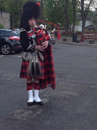 The Cairngorm Hotel: piper