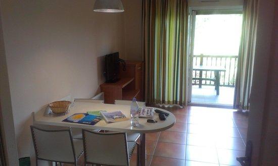 Residence Odalys Domaine Iratzia: Bat 6 - Étage 1 - Salle a manger donnant sur balcon EST