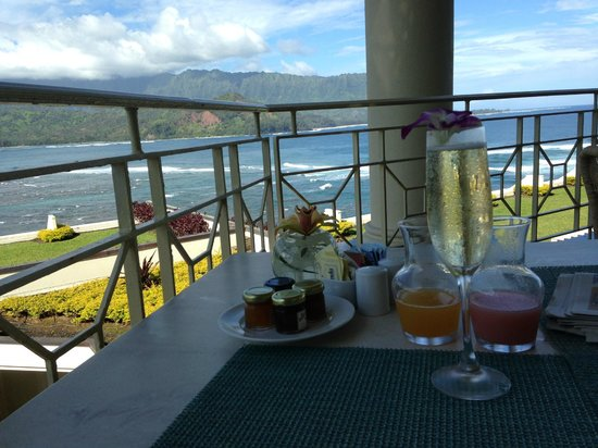St. Regis Princeville Resort : Breakfast overlooking the  pacific.