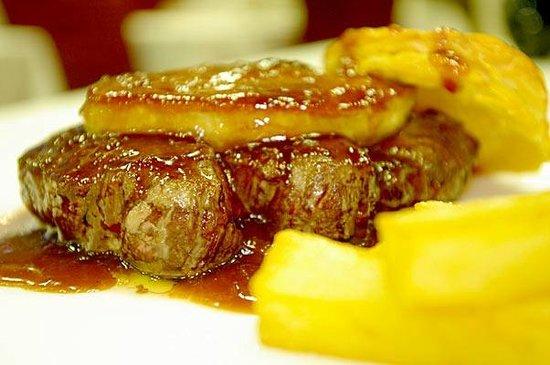 Restaurante Asador Taskas: Solomillo con Foie con Guarnición de Patatas
