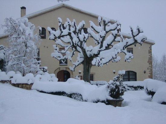 Hotel la Masia del Cadet: Fachada principal en invierno