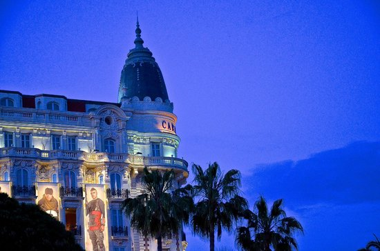InterContinental Carlton Cannes: Fassade bei Nacht
