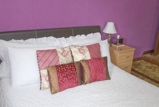 Beech Hill House: The king-size bed in Room 1