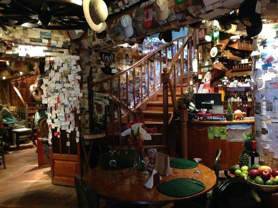 Indio Feliz Restaurant Bistro: Escaleras del restaurante