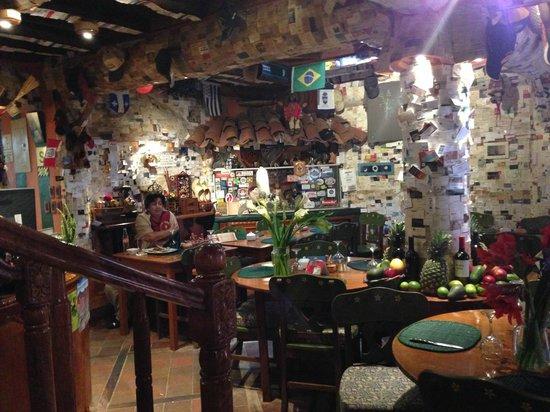 Indio Feliz Restaurant Bistro: Interior de restaurante