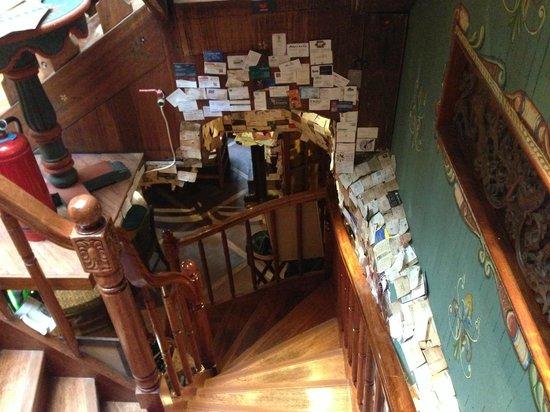 Indio Feliz Restaurant Bistro: Escaleras, vista desde la parte superior