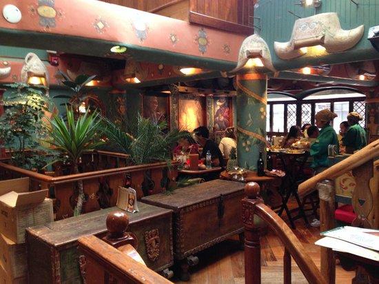 Indio Feliz Restaurant Bistro: segundo piso de restaurante