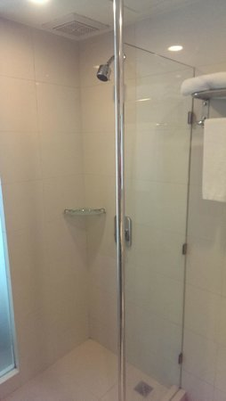 Sunshine Hotel & Residences: Bathroom