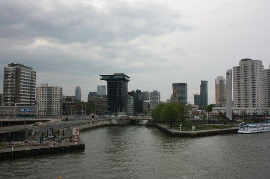 Inntel Hotels Rotterdam Centre : desde el puente.