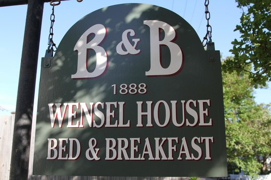 1888 Wensel House B&B: Welcoming Sign