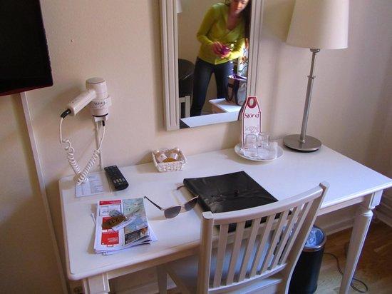 Unique Hotel : Письменный стол