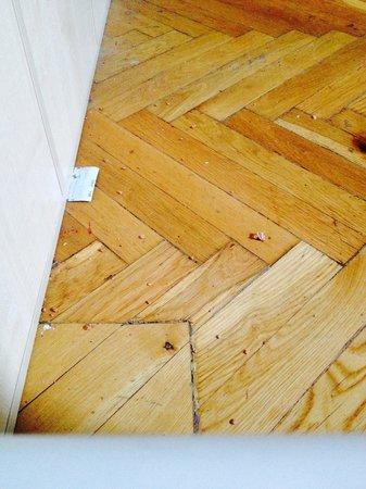 X Hostel Budapest : Mess on the floor
