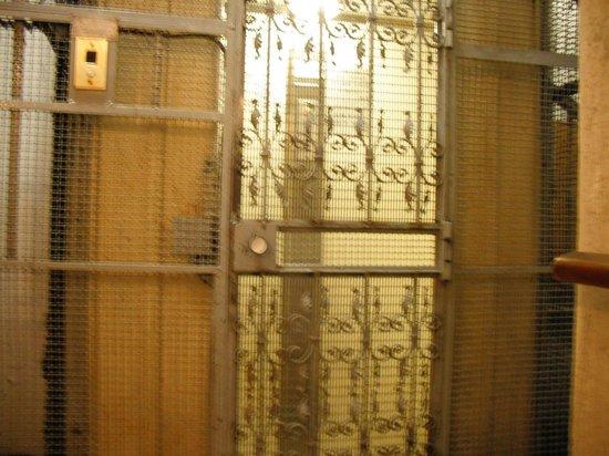 Hotel Urbis: Un monte-charge, PAS un ascenseur!