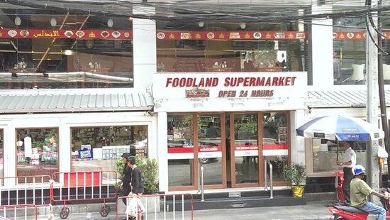 Amari Boulevard Bangkok: Supermarket across from Hotel