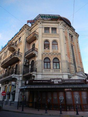 Crimea Hotel: фасад здания - очень крутой и веет историей