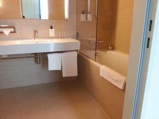 Scandic Hamburg Emporio: bath 2