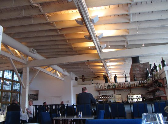 Whitehouse-Crawford Restaurant: Plenty of historic atmosphere in the bar and restaurant