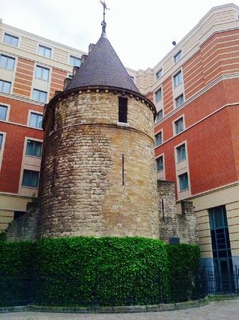 Novotel Brussels City Centre: le tour noire - part of the original city wall built in early 13th century