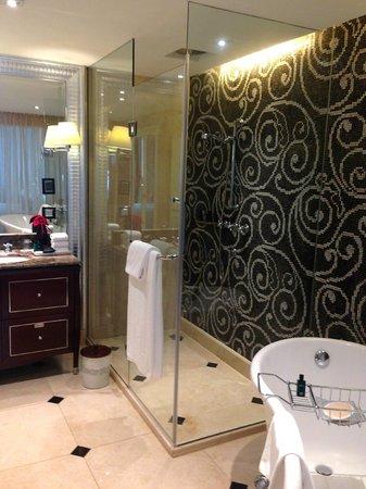 Sofitel Legend Metropole Hanoi : beautiful tiled wall in bathroom