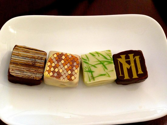 Sofitel Legend Metropole Hanoi : chocolates at night
