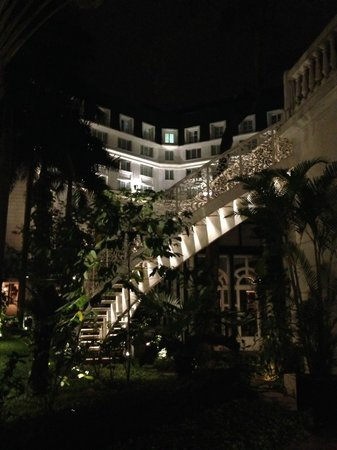 Sofitel Legend Metropole Hanoi : lit up at night