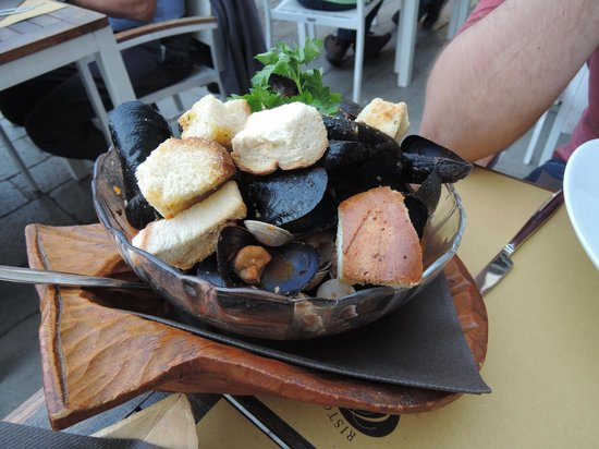 Ristoteca Oniga: mussels with garlic bread