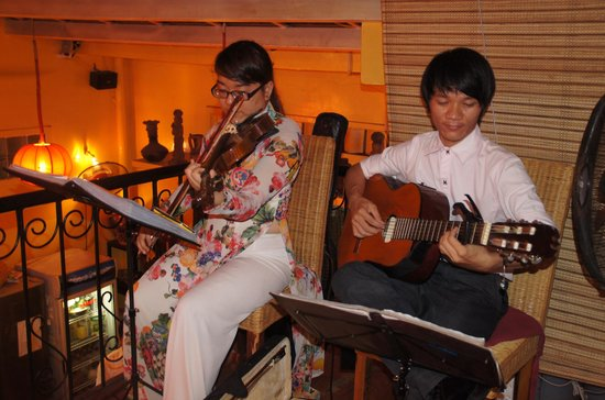 Nha Hang Yen's Restaurant: live music