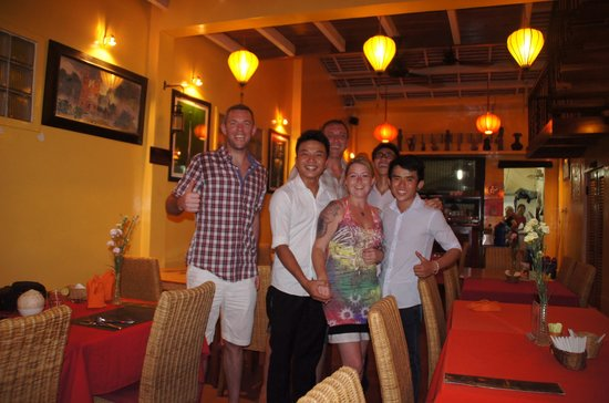 Nha Hang Yen's Restaurant: with the staff