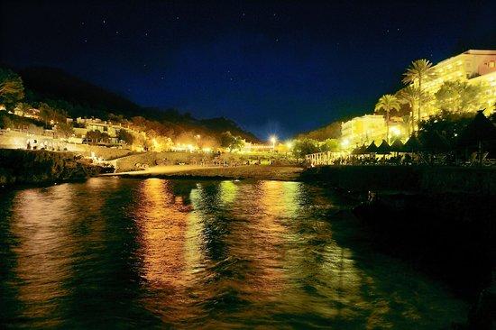 Hostal Los Pinos: Cala San Vicente in the night