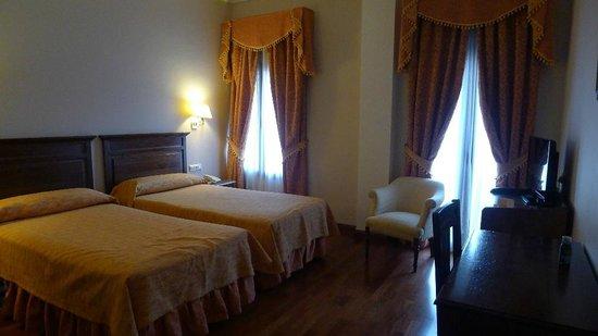 Hotel Maestranza: Chambre donnant sur rue